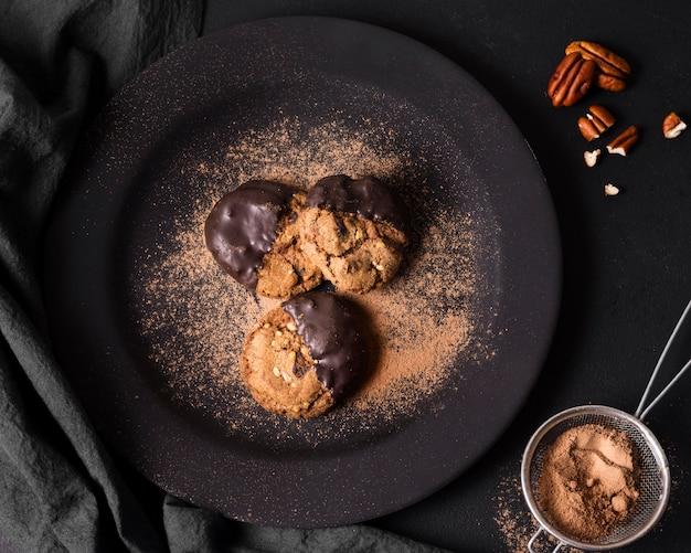 Trufas de chocolate vista superior em um prato