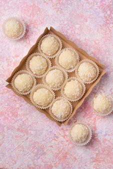 Trufas de coco com chocolate branco