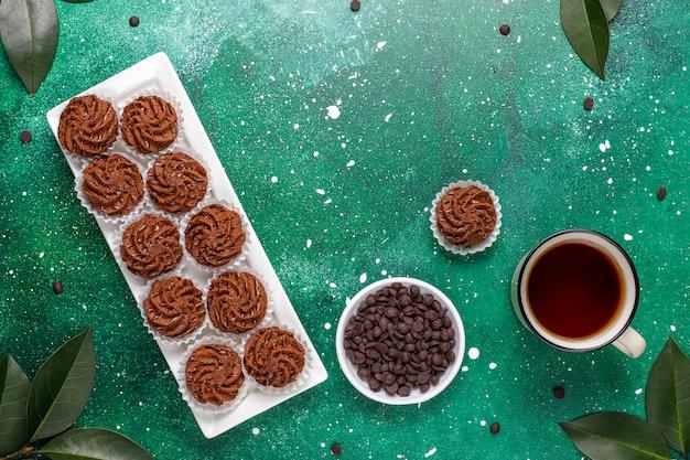 Trufas de mini bolos com gotas de chocolate e cacau em pó