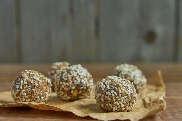 Trufas de proteína crua vegan saborosa ou bolas de energia com ameixas, sementes e nozes