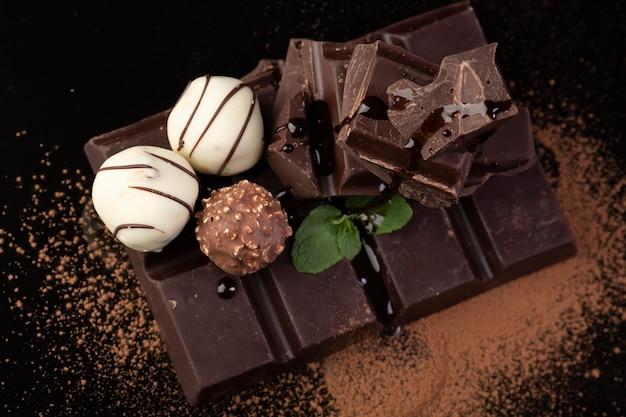 Trufas e chocolate amargo close-up
