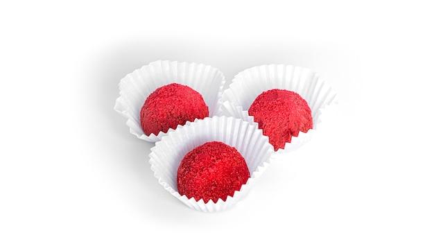 Trufas vermelhas e doces de chocolate isoladas. doce de framboesa.