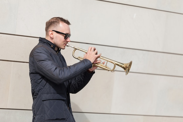 Trumpet, jogador, tocando, ao ar livre