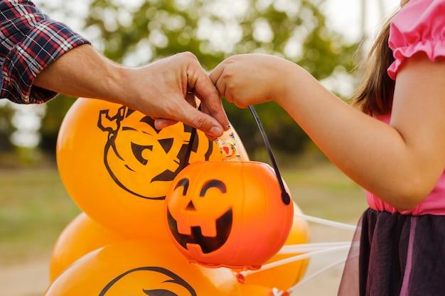 Truque de menina criança ou travessura no halloween.