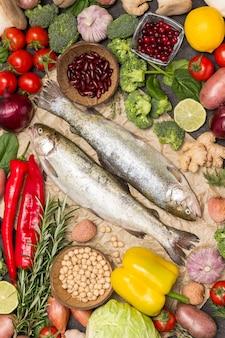 Truta de peixe cru com legumes. couve-flor, grão de bico, alecrim e limão e páprica. postura plana