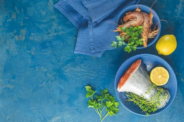 Truta, peixe, cercado, salsa, limão, camarão, camarão, em, prato cerâmico