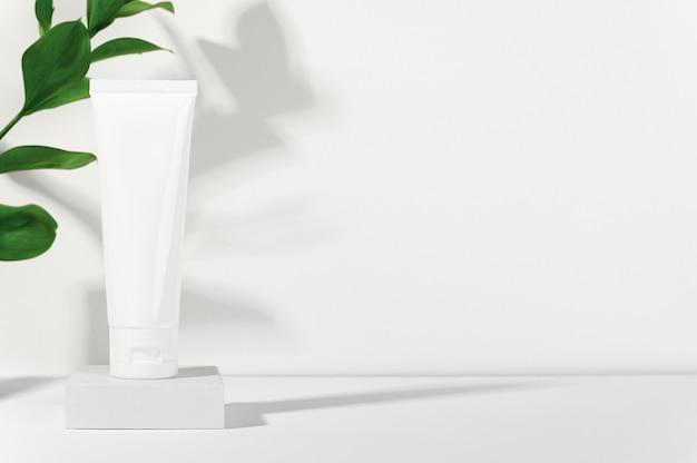 Tubo branco de produtos cosméticos em suporte