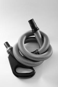 Tubo corrugado para aspirador de pó em fundo branco close up