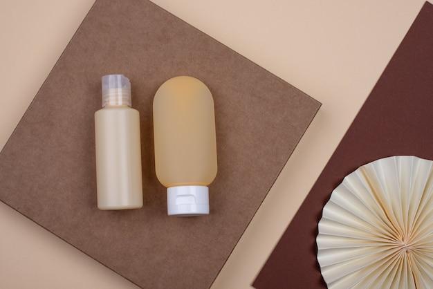 Tubo cosmético vazio com decoração de papel