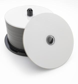 Tubo de 50 cds dvds bluray virgens. disco anverso. isolado no fundo branco.
