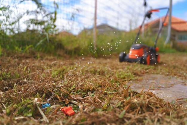 Tubo de água rebentado e quebrado no quintal