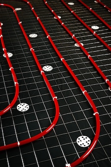 Tubo de aquecimento de piso. instalação de sistemas de engenharia em um edifício.