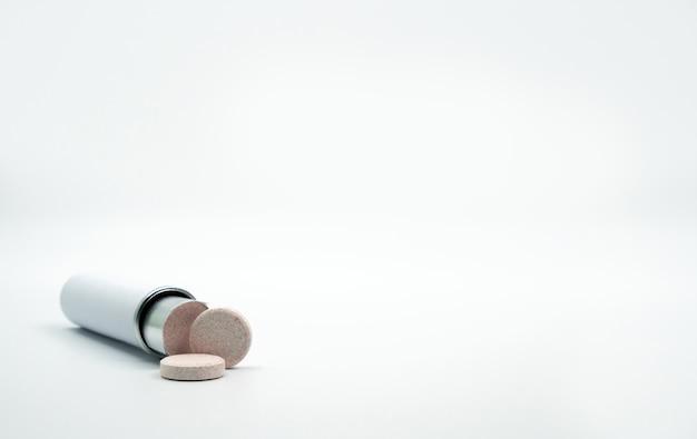 Tubo de comprimidos efervescentes com espaço em branco para rótulo e cópia