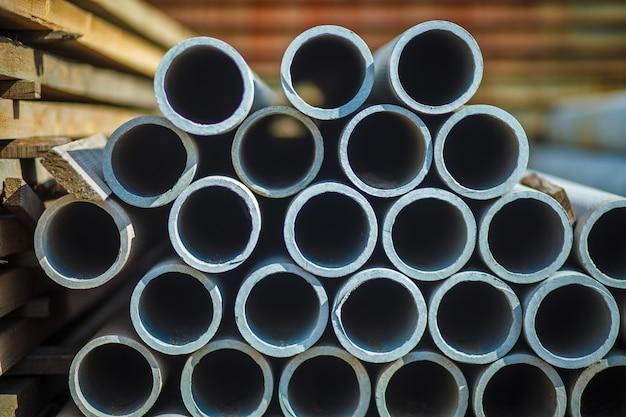 Tubo de concreto de amianto empilhados para uso em construção.