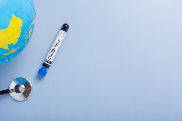 Tubo de ensaio com amostra de sangue para teste covid-19