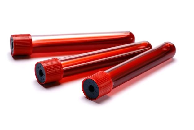 Tubo de ensaio com plug vermelho isolado no branco.