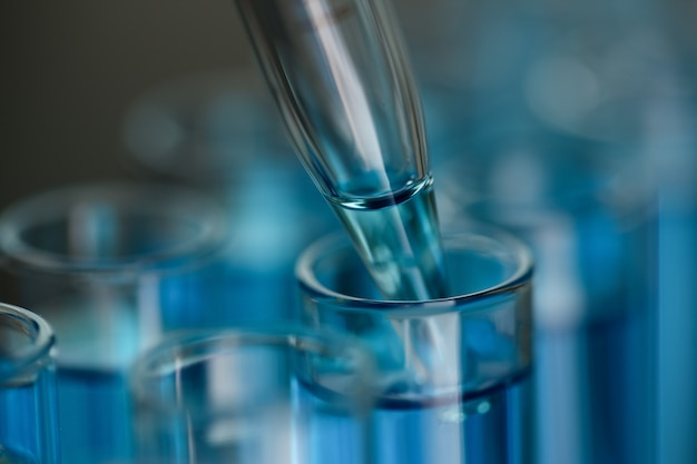 Tubo de ensaio de vidro transborda solução líquida de potássio