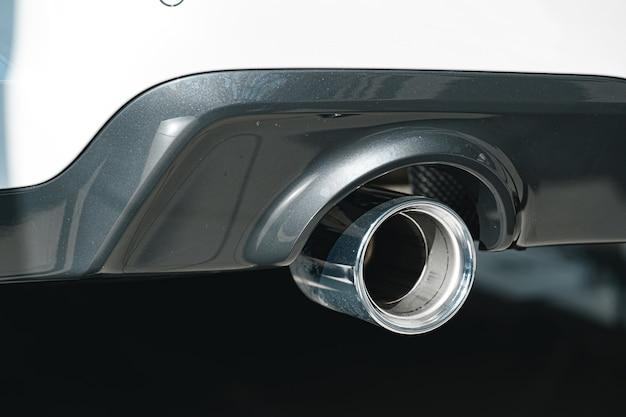 Tubo de escape do novo carro de luxo close-up