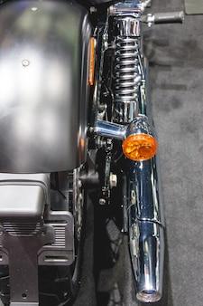 Tubo de escape e volta transformando lâmpada laranja