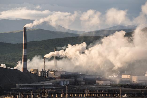 Tubo de fábrica poluindo o ar, problemas ambientais, tema da ecologia, a fumaça das chaminés