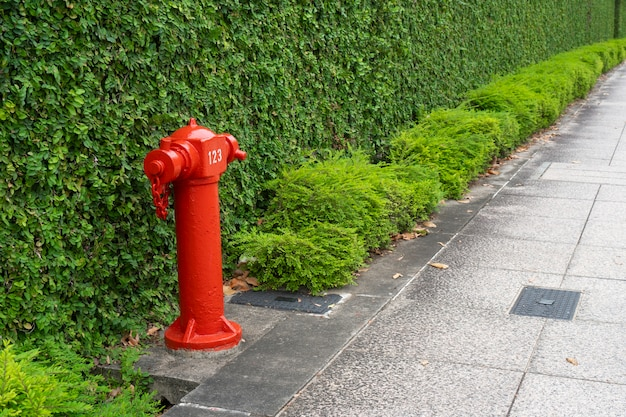 Tubo de fogo vermelho no site da cidade, a pé caminho
