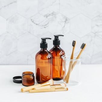 Tubo de higiene pessoal no interior do banheiro, gel de banho, shampoo e escovas de dente de bambu.