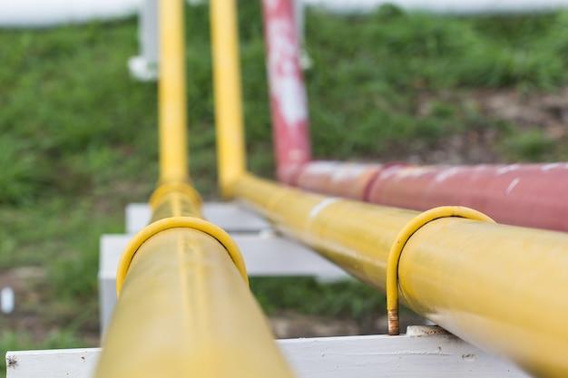 Tubo de incêndio em forma de sprinkler de água amarela e vermelha Foto Premium