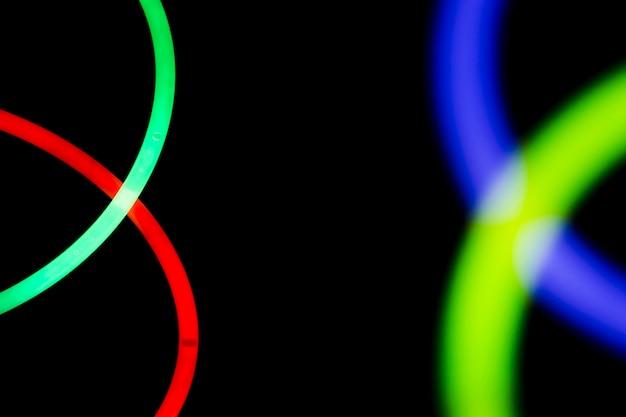 Tubo de luz colorida em fundo escuro