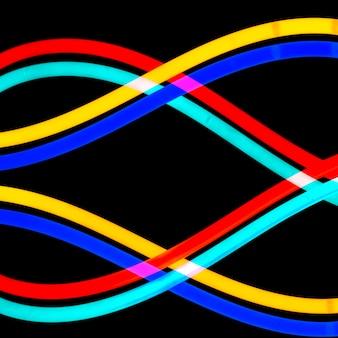 Tubo de luz de néon colorido em padrão ondulado