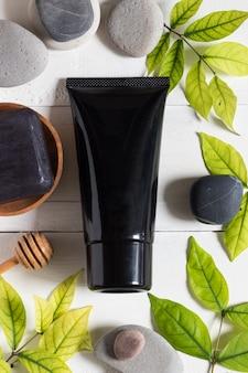 Tubo de máscara de carvão sobre fundo branco, cosméticos e produtos de skincare