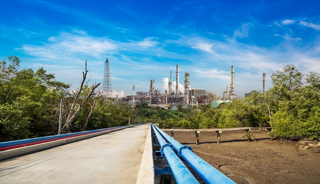 Tubo de metal azul para transporte de petróleo da refinaria ao tanque de armazenamento em cenário rural