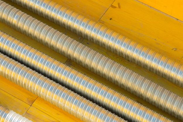 Tubo de metal corrugado em um canteiro de obras