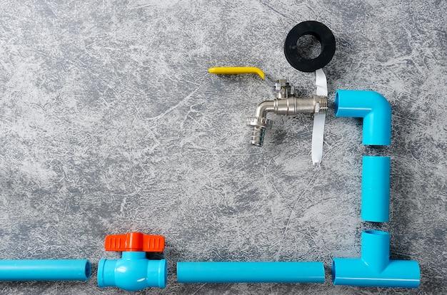 Tubo de pvc azul com torneira e válvula de água com espaço de cópia
