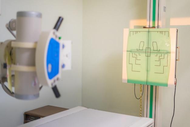 Tubo de raio-x montado no teto um tipo de máquina de raio-x no hospital