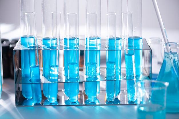 Tubo de solução azul conduz vários reagentes químicos para produtos farmacêuticos de câncer