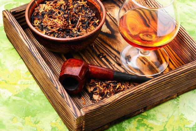 Tubo de tabaco e uísque