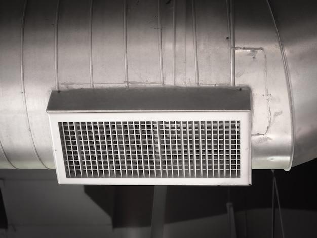 Tubo de ventilação de ar instalado no teto do prédio de escritórios ou shopping center