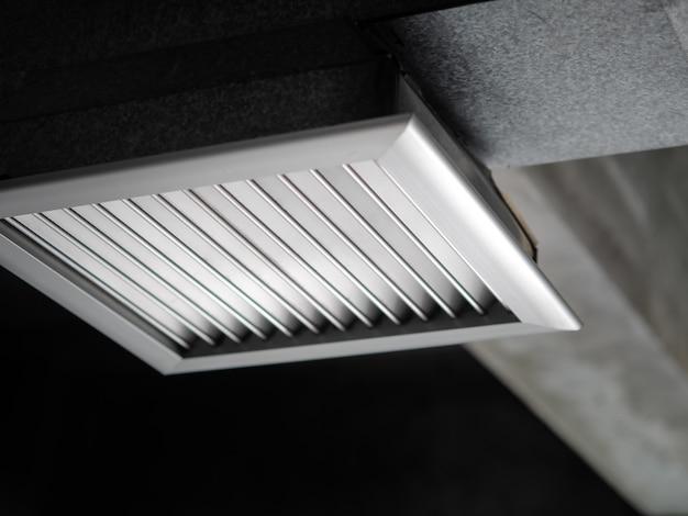 Tubo de ventilação de ar instalado no teto do prédio de escritórios.