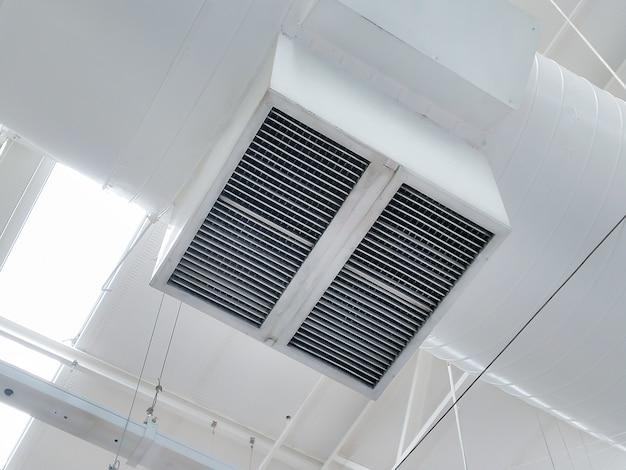 Tubo de ventilação de ar instalado no teto do shopping ou do prédio da fábrica.