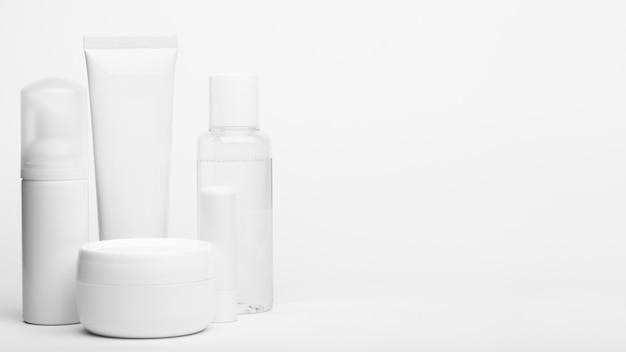 Tubo e recipientes de plástico sem marca. conjunto de frascos para creme, shampoo, produtos de higiene.