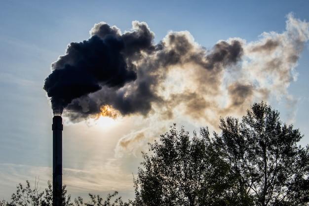 Tubo industrial e fumaça de fábrica de produção pesada