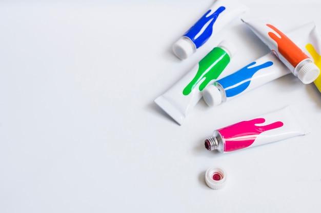 Tubos coloridos de tinta