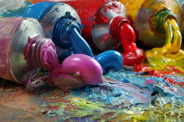Tubos com tinta a óleo art em uma paleta. arte colorida pinta close-up