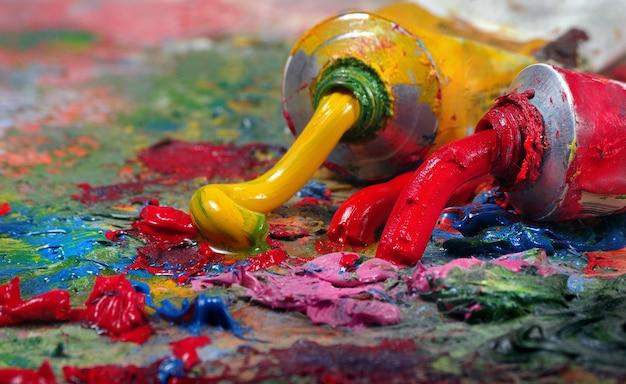 Tubos com tinta a óleo de arte em uma paleta.