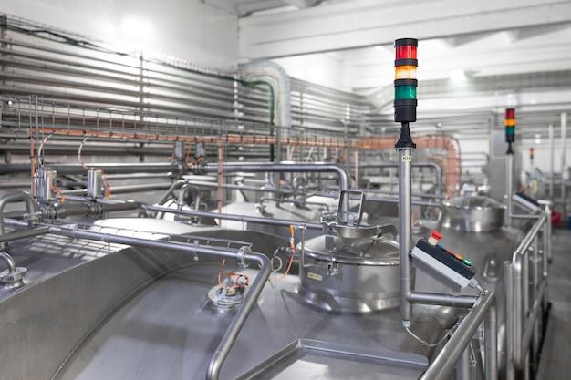 Tubos cromados e semáforos. industrial