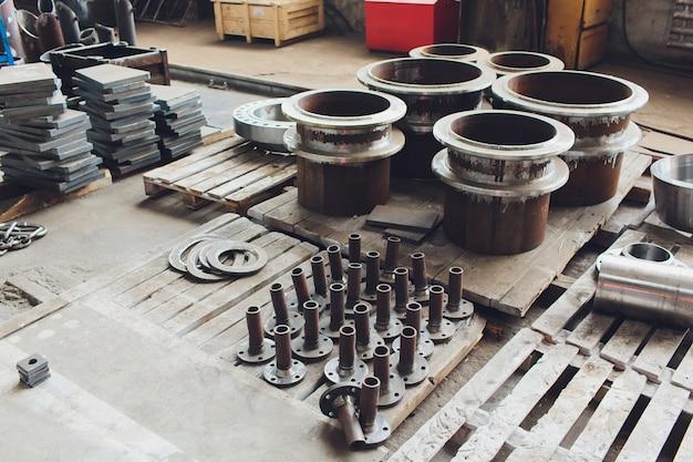 Tubos de aço contra industrial turva. metal