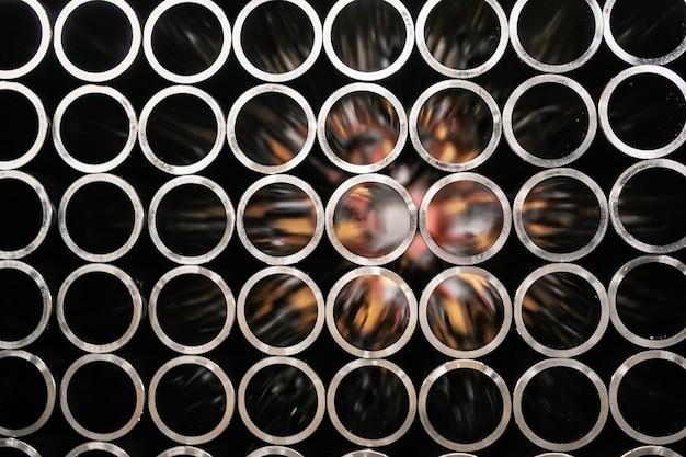 Tubos de aço em preto e branco