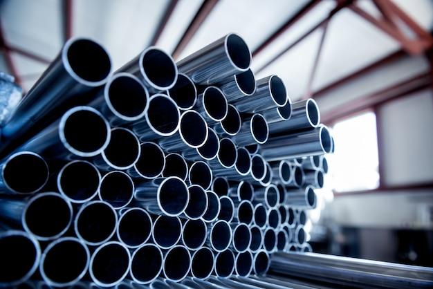 Tubos de aço empilhados em um palete.