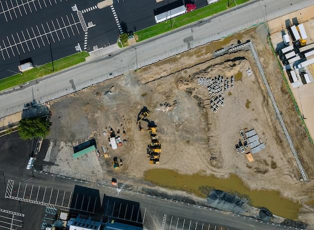 Tubos de água e esgoto empilhados no solo durante o local de construção do encanamento