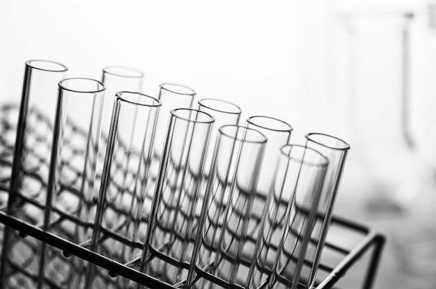 Tubos de ciência dispostos na prateleira